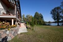 Widok z podwórka na dom i jezioro Kalejty