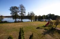 Widok z tarasu na jezioro, podwórko i plac zabaw